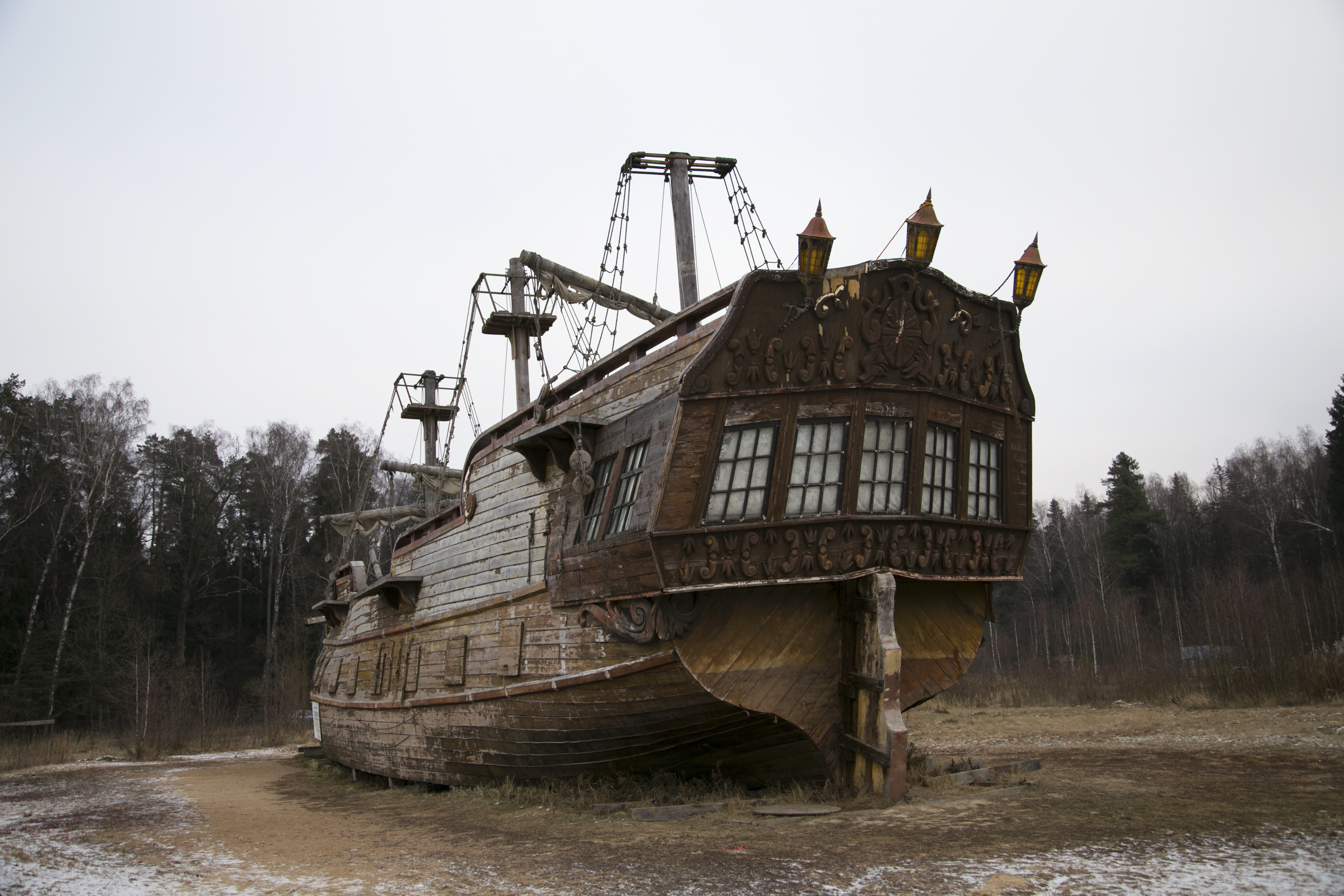 Средневековый корабль, декорации к фильму на территории усадьбы Середниково