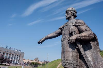 Центральная площадь в Дмитрове и памятник Юрию Долгорукому