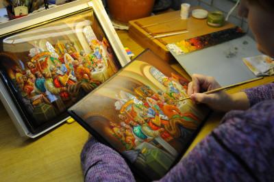 Художник расписывает шкатулку на Федоскинской фабрике миниатюрной живописи.
