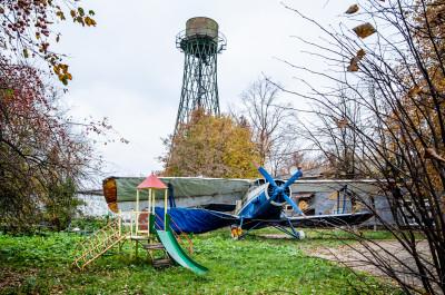 Лобня, Научный городок, водонапрная башня Шухова и самолёт АН-2