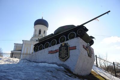 Памятник Танк Т-34 на площади Победы возле Никольского собора в Наро-Фоминске