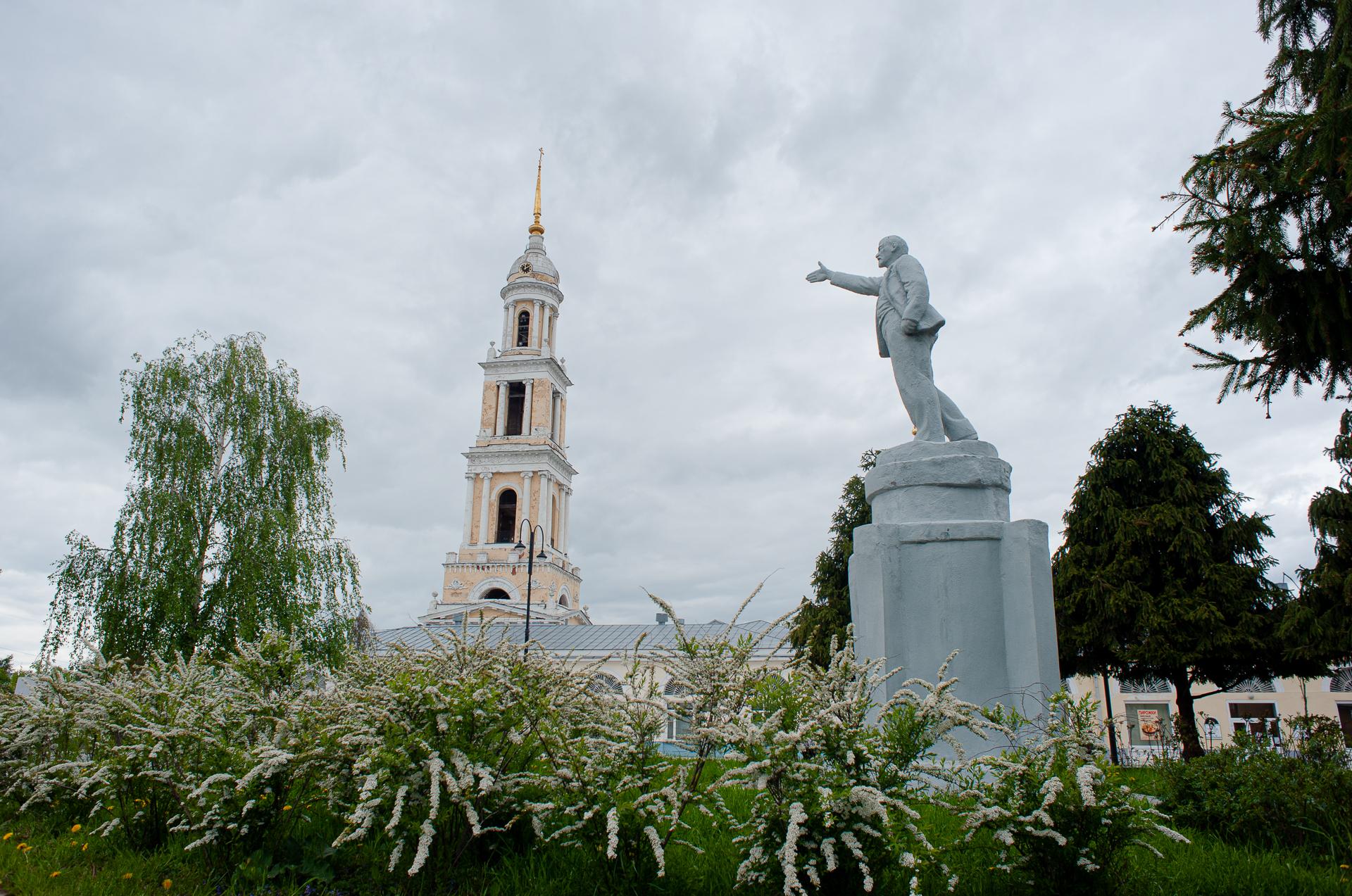Коломна, Иоанно-Богословский храм, Памятник Ленину
