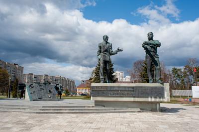 Черноголовка, Памятник Семёнову и Дубовицкому