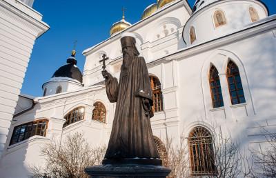 Дмитров, Успенский Кафедральный собор, памятник Серафиму Звездинскому