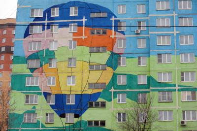 Разукрашенный многоквартирный дом на одной из улиц города Раменское.
