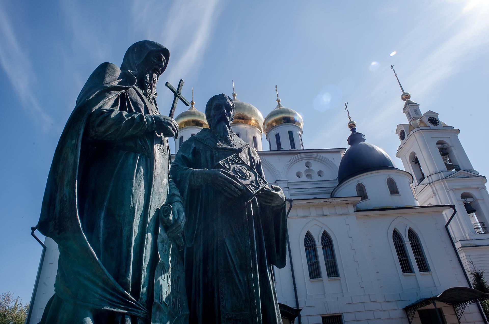 Успенский Кафедральный собор в Дмитровском кремле, памятник Кириллу и Мефодию