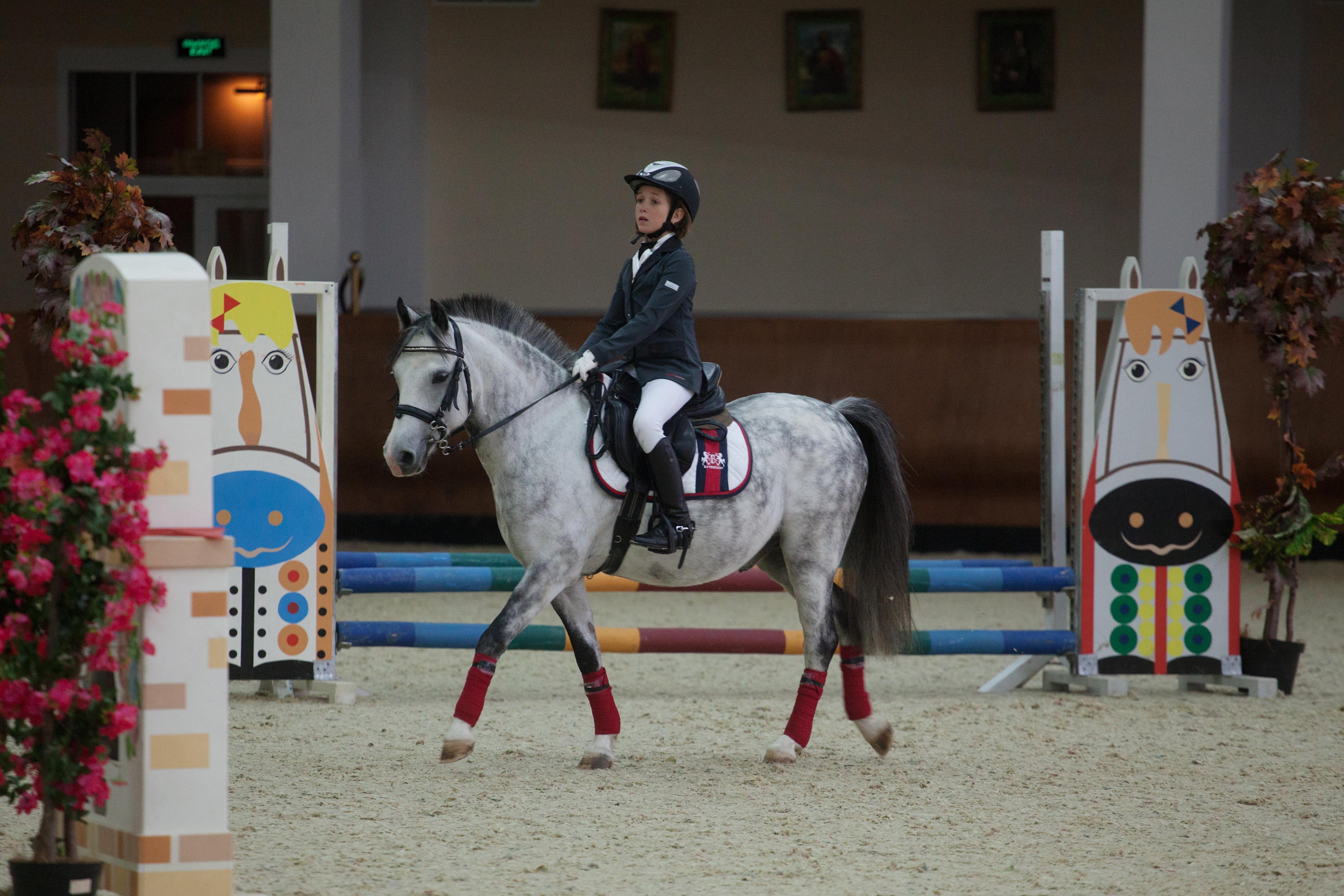 Соревнования по конкуру и выездке среди детей «Хрустальный пони» в Национальном конном парке «Русь».