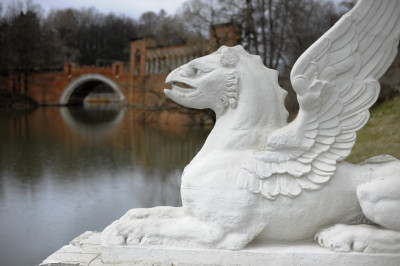 Скульптура грифона в усадьбе Марфино