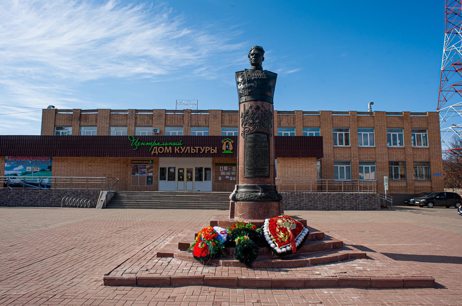 Серебряные пруды, памятник В.И.Чуйкову, Дворец культуры