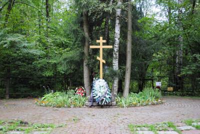 Спецобъект «Коммунарка», Поклонный крест при въезде на полигон