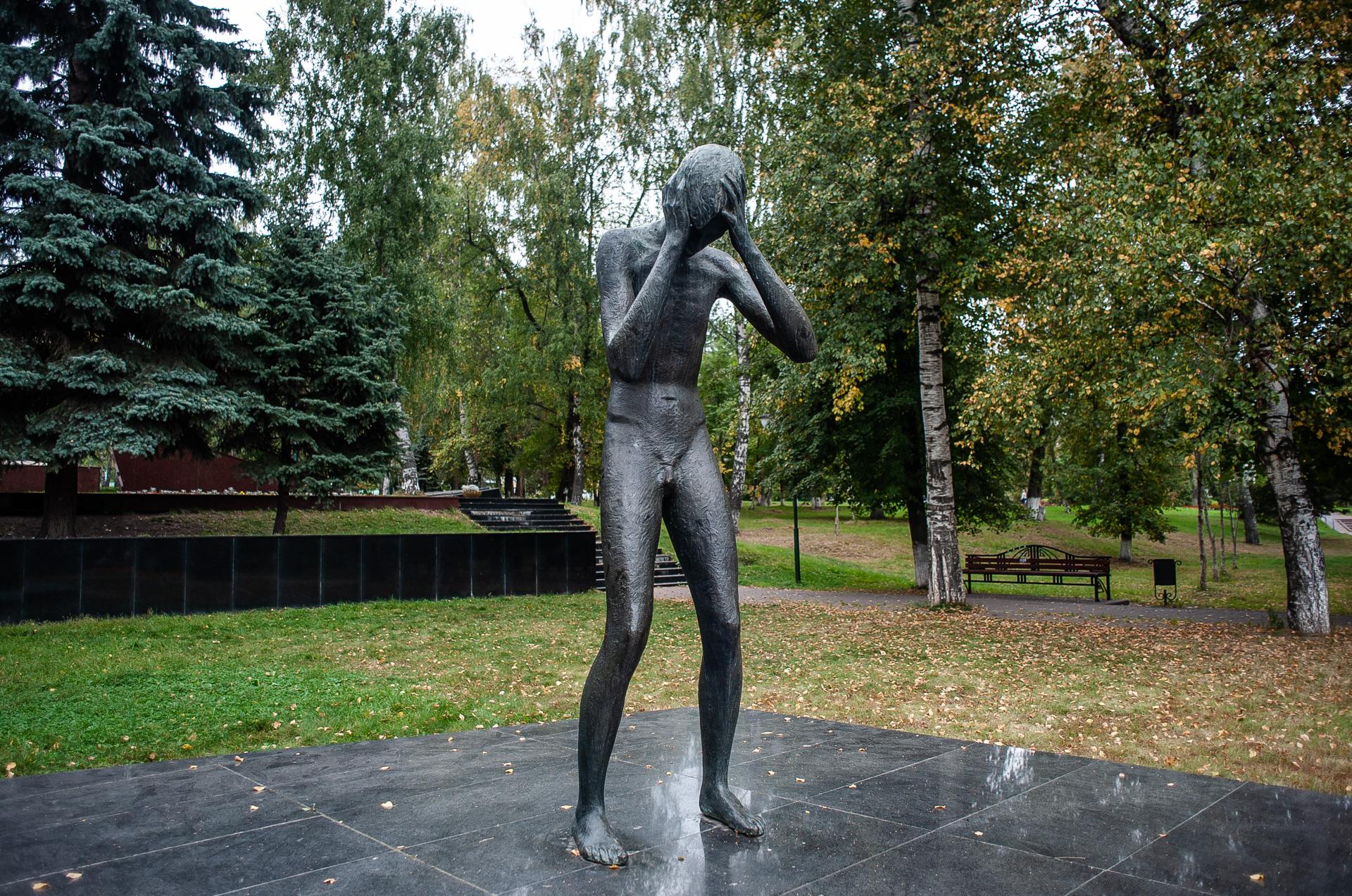 Дзержинский Сквер победы плачущий мальчик