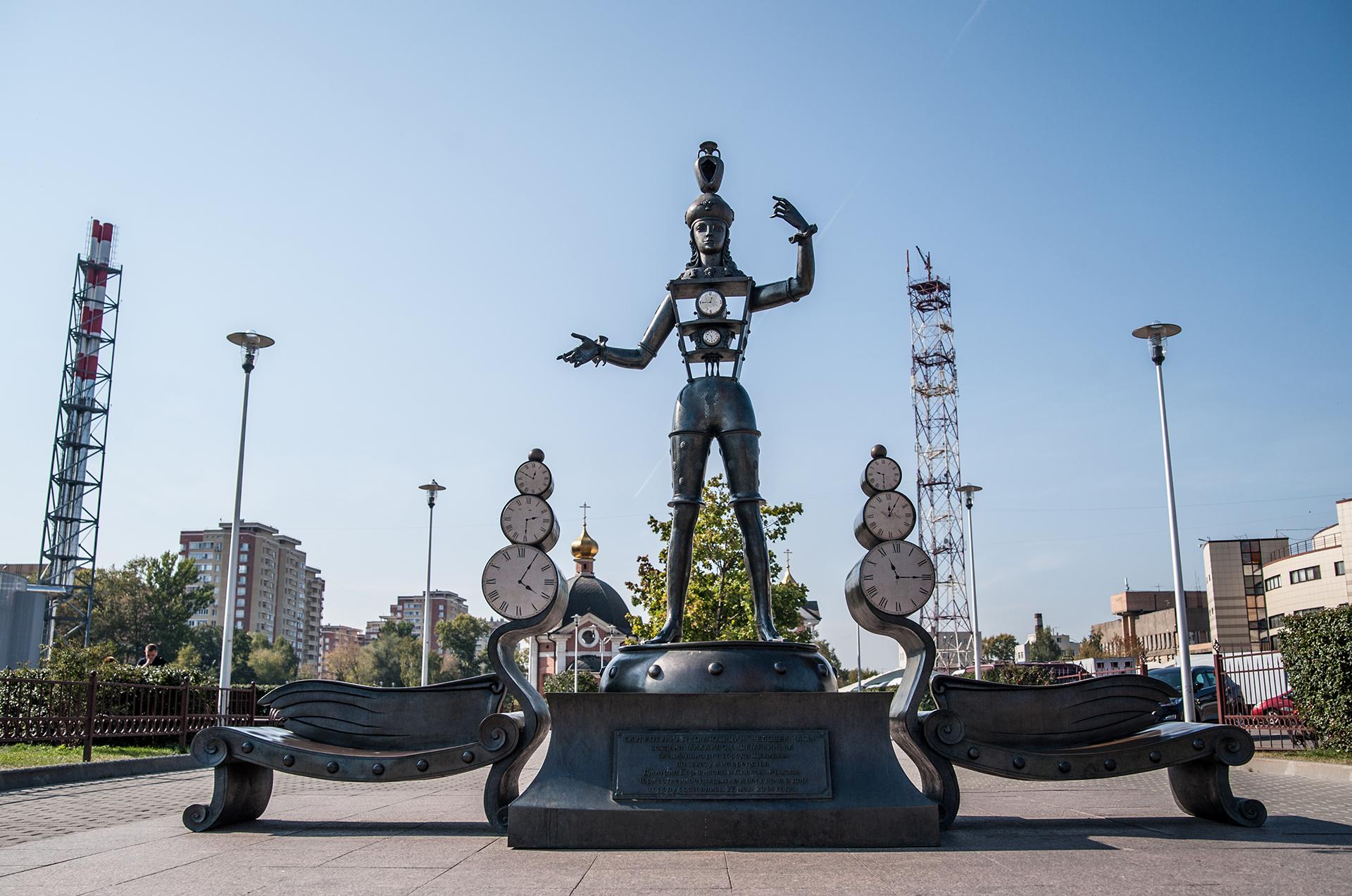 Щелково, скульптурная композиция «Человек-часы»