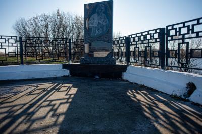 Дединово, Смотровая площадка, Стела фрегату Орёл, мемориальная табличка Петру 1
