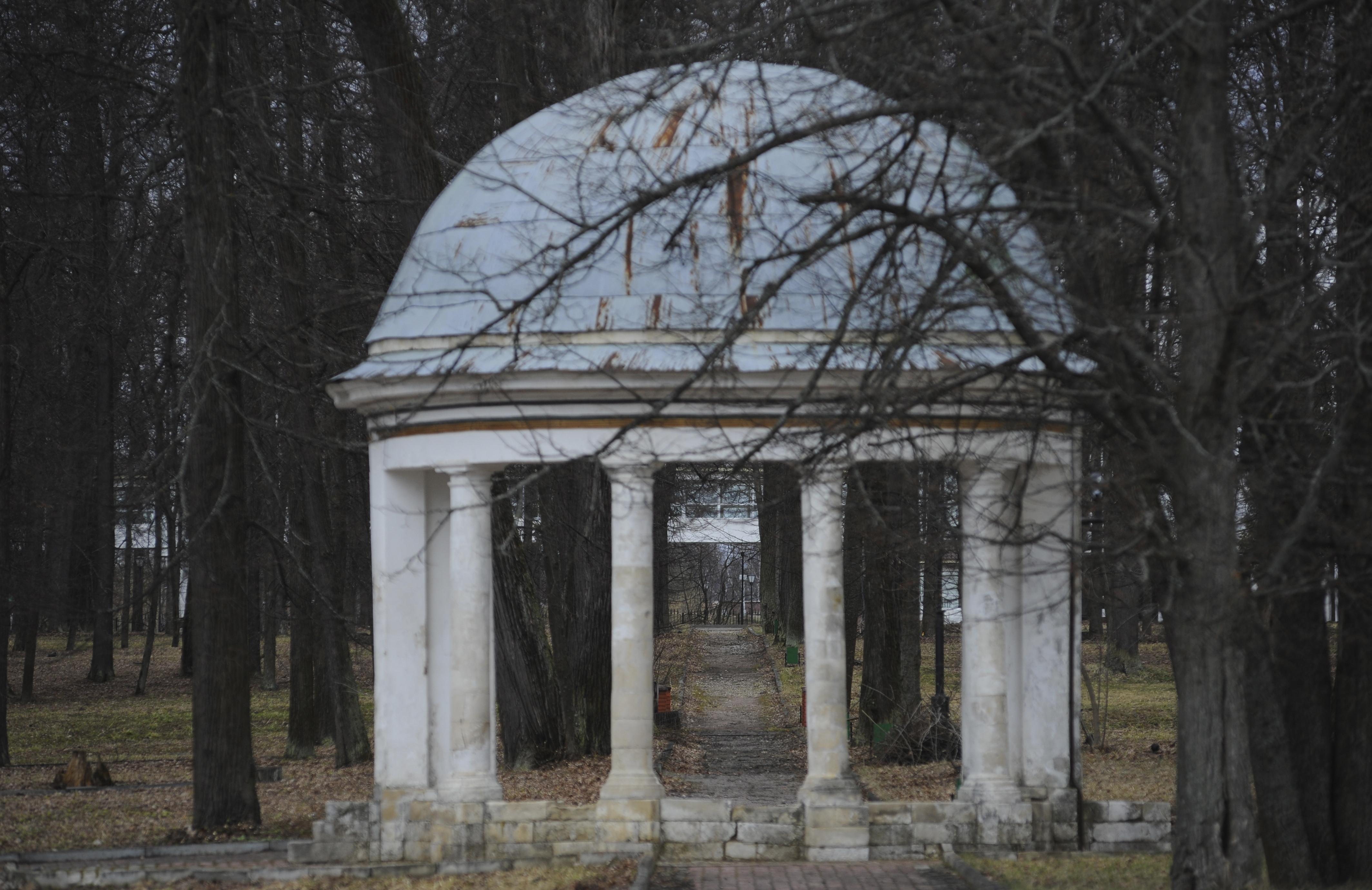 Беседка ротонда «Музыкальный павильон» в парке усадьбы Марфино