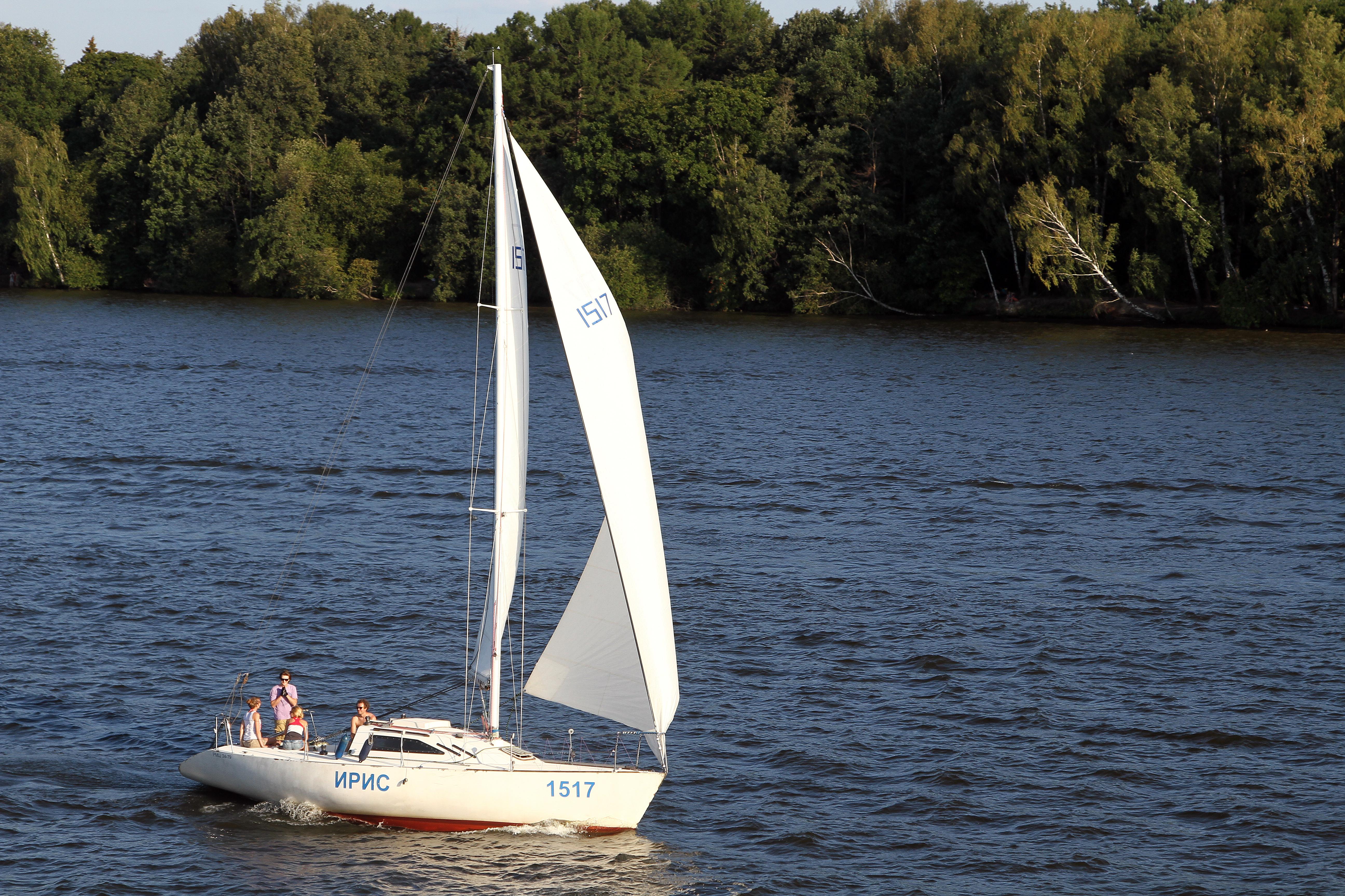 Парусная яхта на Клязьминском водохранилище