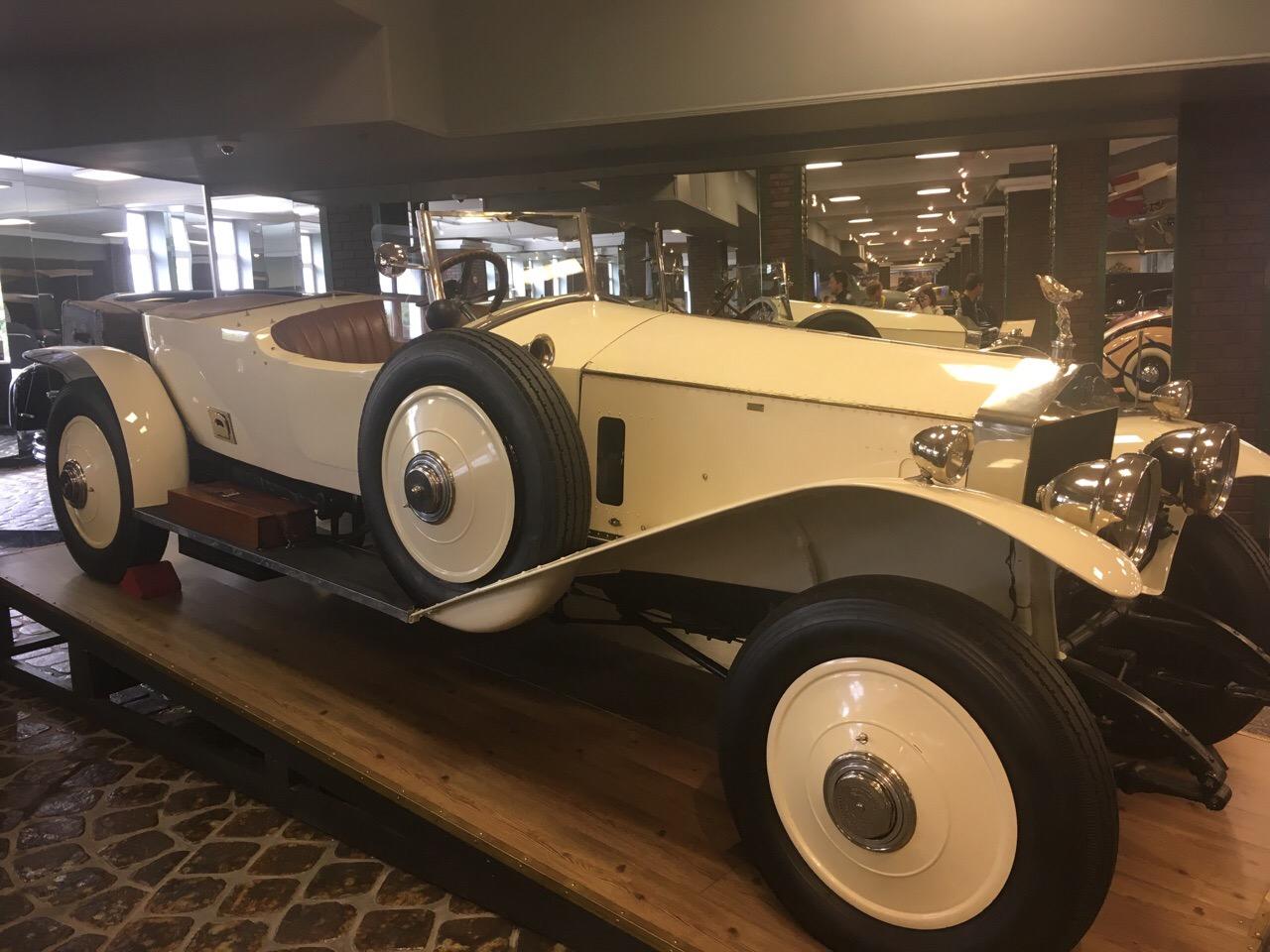 Экспонаты, автомобили, мотоциклы в музее техники Задорожного